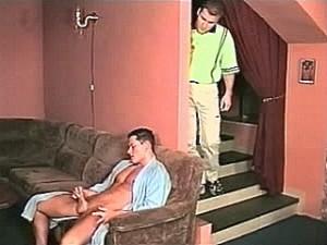 Homo vriendje kijkt hoe knaap zijn pik af trekt