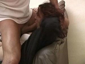 Aanrander dwingt lachend het slachtoffer zijn vieze sperma te slikken