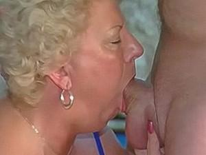 Oma laat zich graag diep keel neuken