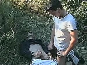 Schandknaap krijgt stijve knuppel tegen zijn huig geramd
