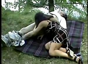 Vader dwingt dochter zijn warme vleeslolly te pijpen tijdens boswandeling