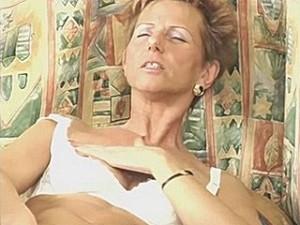 75 jarige snol vingert haar scheur